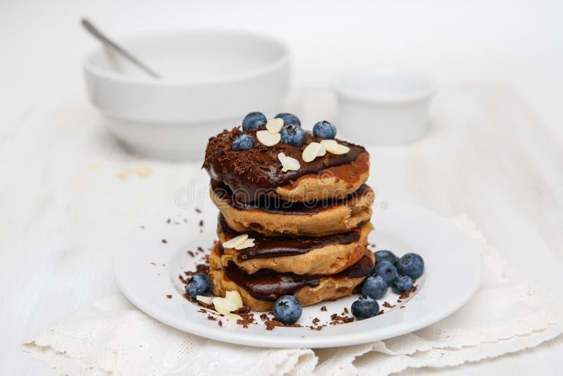 Eggless Pfannkuchen zum Frühstück mit Blaubeeren und Schokoladensoße stockbild