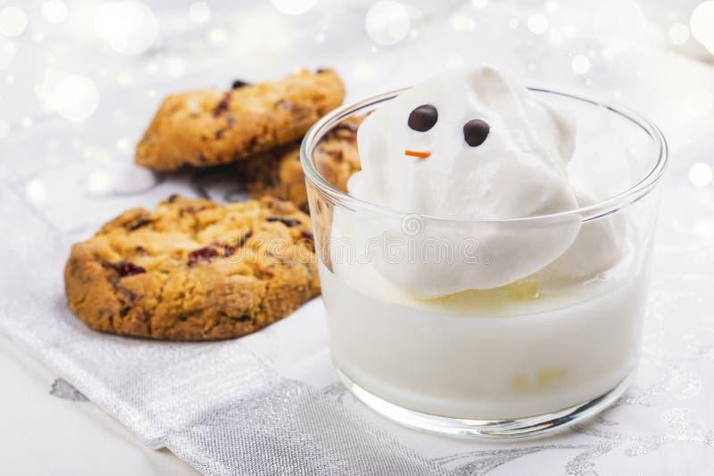 Eggnog och kakor för jultomten arkivbild