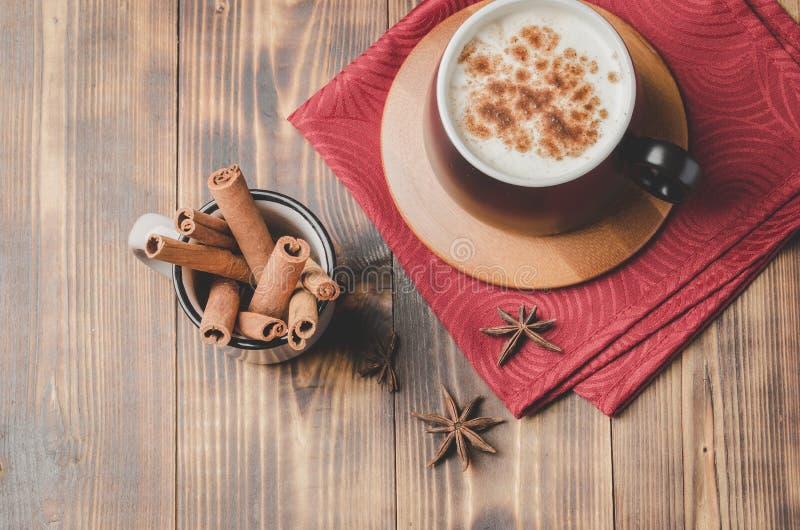 Eggnog Traditioneller Weihnachtscocktail in schwarschwarzem Schleig auf einer roten Serviette mit Zimtsticks und Anise auf Holzti stockbilder