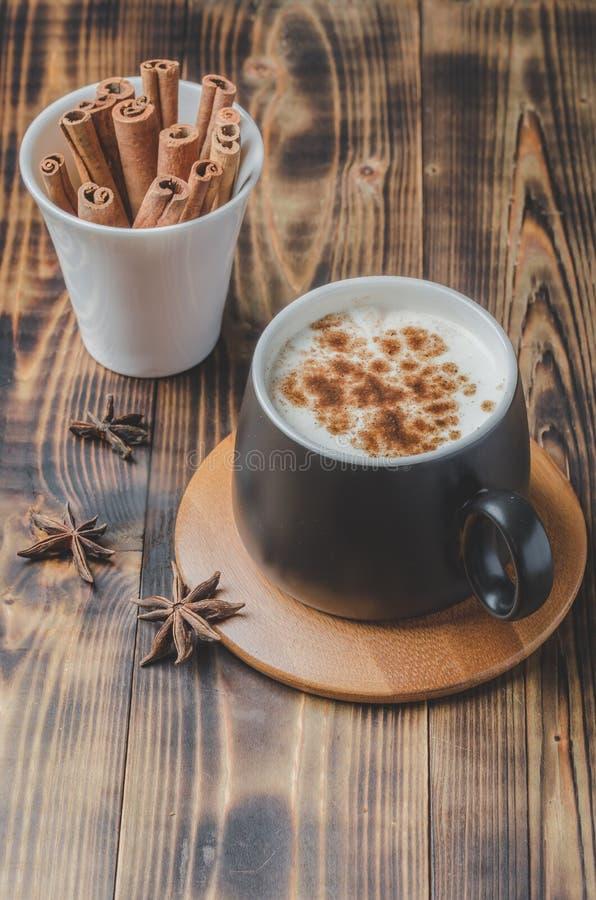 Eggnog Traditioneller Weihnachtscocktail in schwarzschwarzem Mumg und weißer Tasse mit Zimtarsticks und Anise auf Holztisch. stockfotos