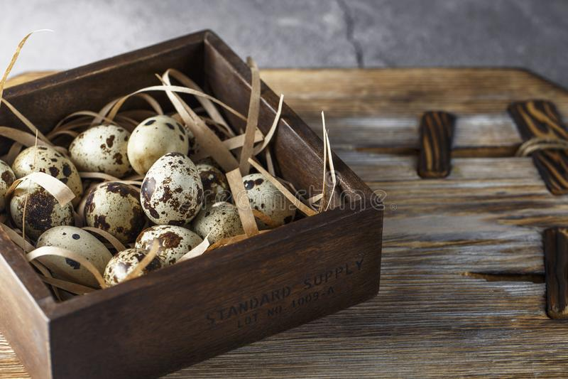 Яйца триперсток Плоский положенный состав с небольшими яйцами триперсток на естественной деревянной предпосылке Одно сломленное я стоковое фото