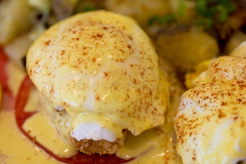 Eggs Benedict avec de la sauce à hollandisle images stock