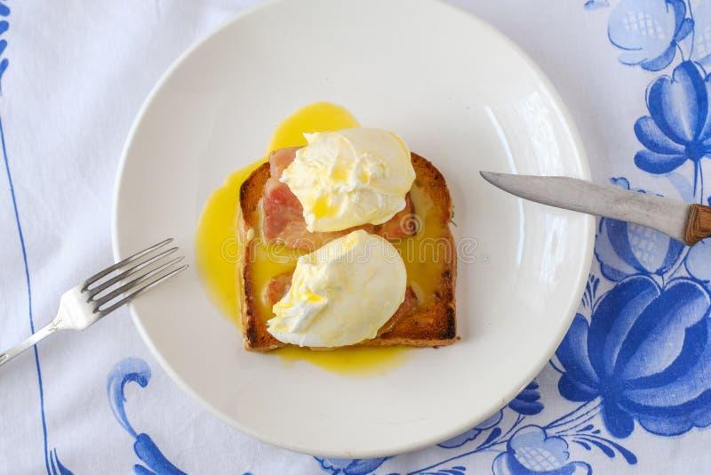Eggs Benedict com bacon Parte superior cl?ssica do caf? da manh? imagens de stock