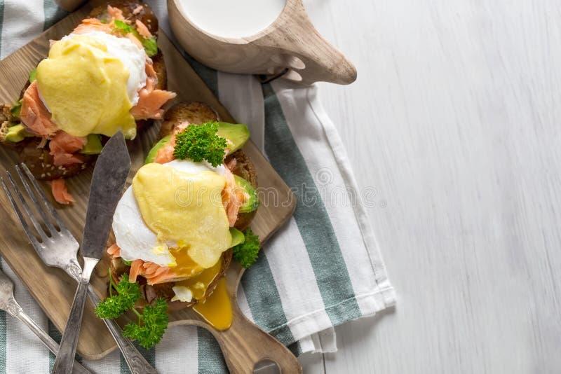 Eggs Benedict com fundo salmon fotografia de stock royalty free