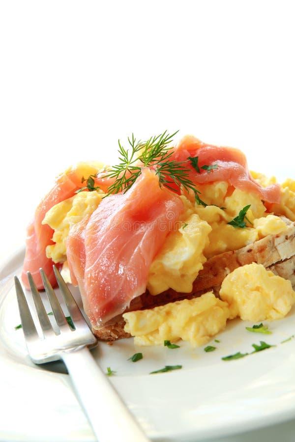 eggs brouillé saumoné fumé photos stock