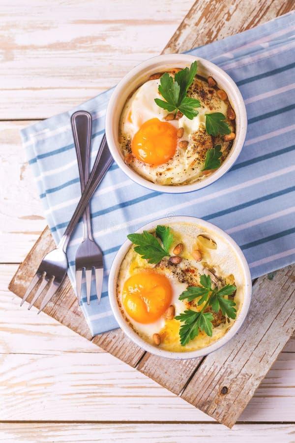 Eggs en Cocotte испеченное с шпинатом, петрушкой и сливк стоковое изображение rf