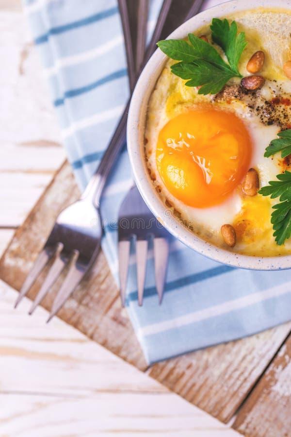 Eggs en Cocotte испеченное с шпинатом, петрушкой и сливк стоковая фотография rf