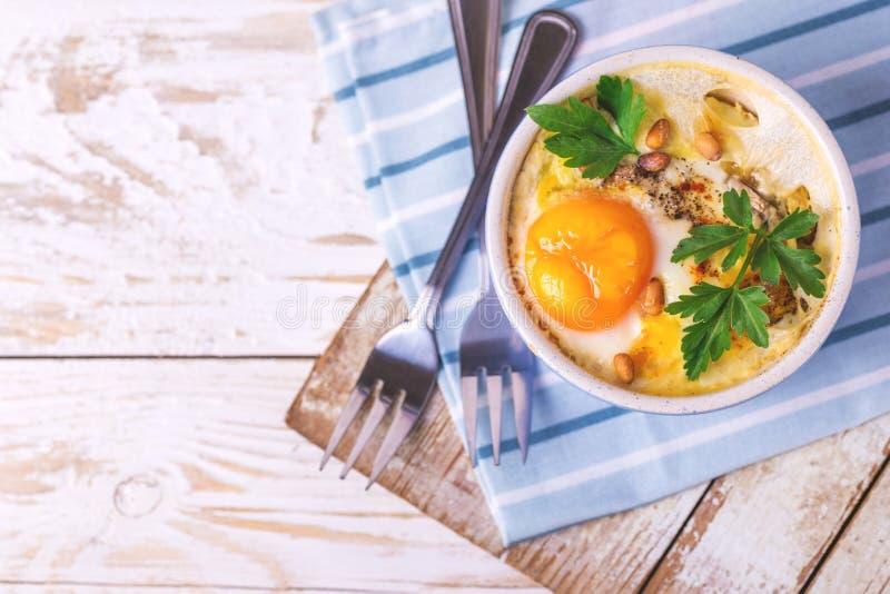 Eggs en Cocotte испеченное с шпинатом, петрушкой и сливк стоковые фотографии rf