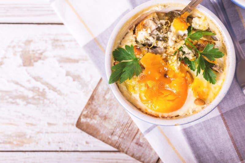 Eggs en Cocotte испеченное с шпинатом, петрушкой и сливк стоковое изображение