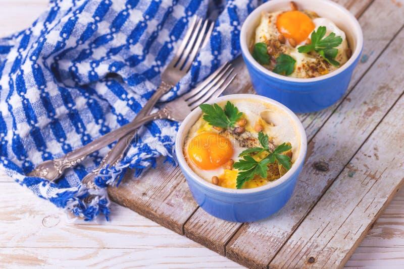 Eggs en Cocotte испеченное с шпинатом, петрушкой и сливк стоковое фото rf
