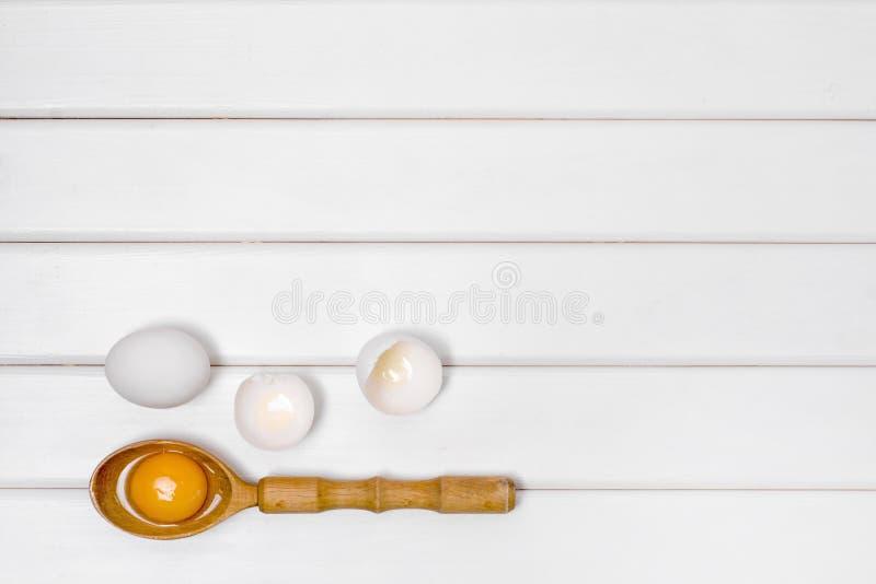 Eggs la yema de huevo de madera de la cuchara imagen de archivo libre de regalías
