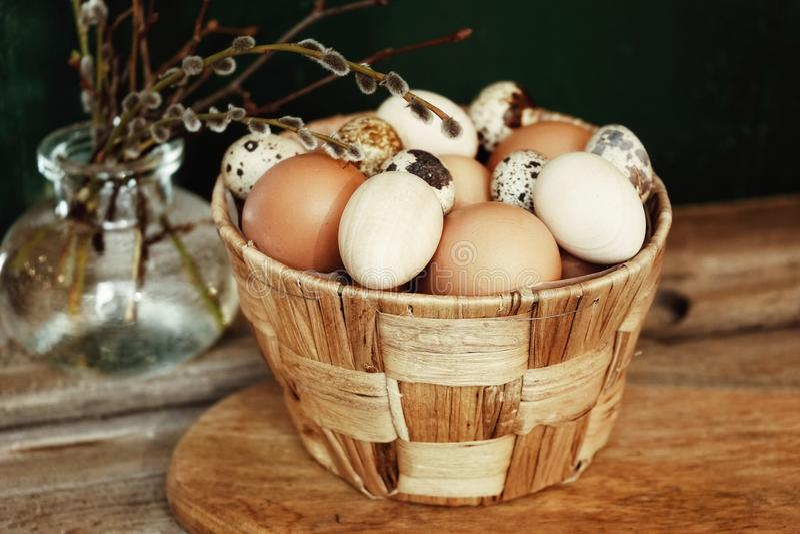 Eggs le ressort en bois de Pâques de table de branche en verre de vase à pottle photos stock
