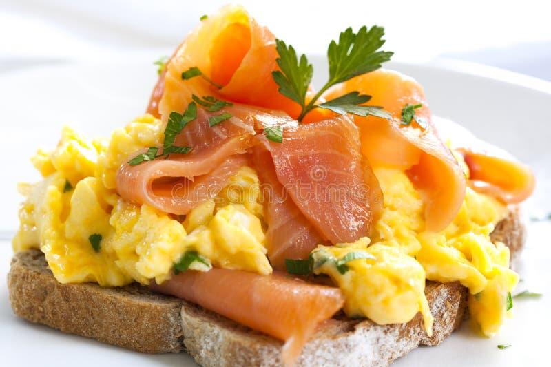eggs salmon курят взболтанное, котор стоковая фотография rf