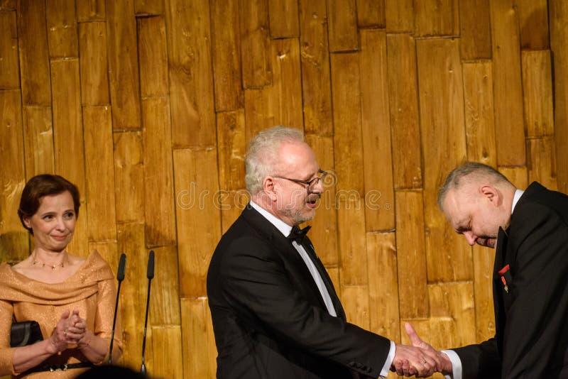 Egils Levits donnant le cadeau pour Andris Vilks, directeur de Bibliothèque nationale letton de LNB photo libre de droits