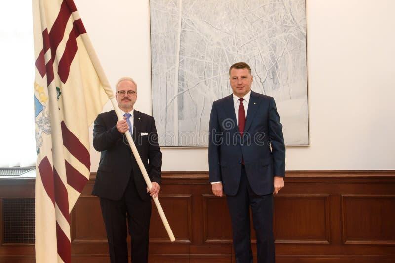 Egils Levits, eleito recentemente presidente de Letónia e Raimonds Vejonis, ex-presidente de Letónia, durante a cerimônia da intr fotos de stock royalty free