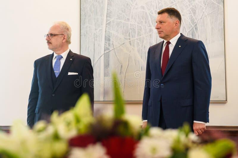 Egils Levits, eleito recentemente presidente de Letónia e Raimonds Vejonis, ex-presidente de Letónia, durante a cerimônia da intr imagem de stock royalty free