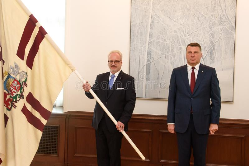 Egils Levits, eleito recentemente presidente de Letónia e Raimonds Vejonis, ex-presidente de Letónia, durante a cerimônia da intr imagens de stock royalty free