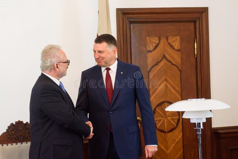 Egils Levits, eleito recentemente presidente de Letónia e Raimonds Vejonis, ex-presidente de Letónia, durante a cerimônia da intr fotografia de stock royalty free