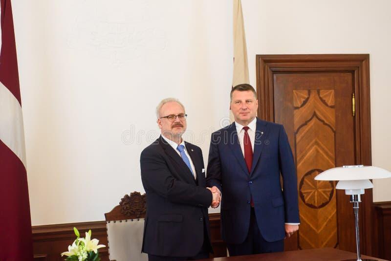 Egils Levits, eleito recentemente presidente de Letónia e Raimonds Vejonis, ex-presidente de Letónia, durante a cerimônia da intr fotografia de stock