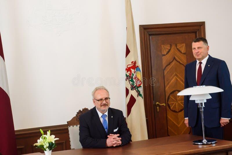 Egils Levits, nuevamente elegido presidente de Letonia y Raimonds Vejonis, presidente anterior de Letonia, durante ceremonia de l fotos de archivo libres de regalías