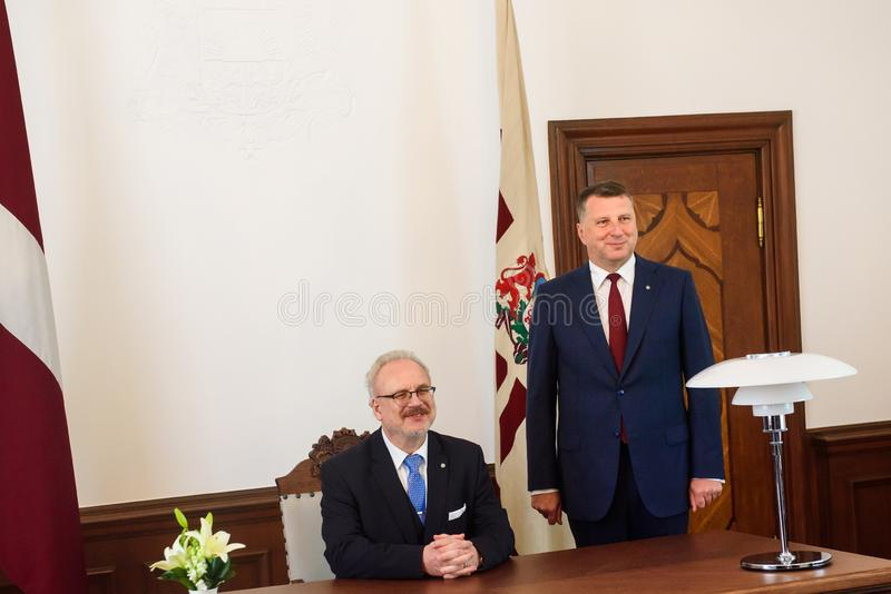 Egils Levits, nuevamente elegido presidente de Letonia y Raimonds Vejonis, presidente anterior de Letonia, durante ceremonia de l foto de archivo