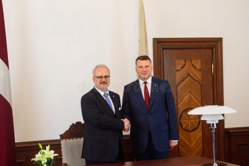 Egils Levits, nuevamente elegido presidente de Letonia y Raimonds Vejonis, presidente anterior de Letonia, durante ceremonia de l imágenes de archivo libres de regalías