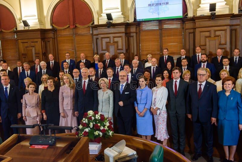 Egils Levits, presidente da foto de família de Letónia com sua família, ex-presidentes de Letónia, ministros e membros do parlame foto de stock