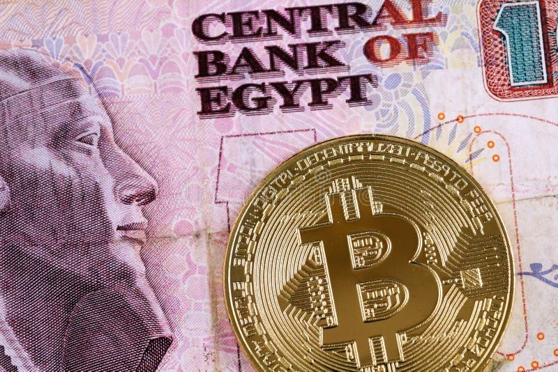 Egipcio billete de banco de diez libras con un billete de banco de oro en macro fotos de archivo