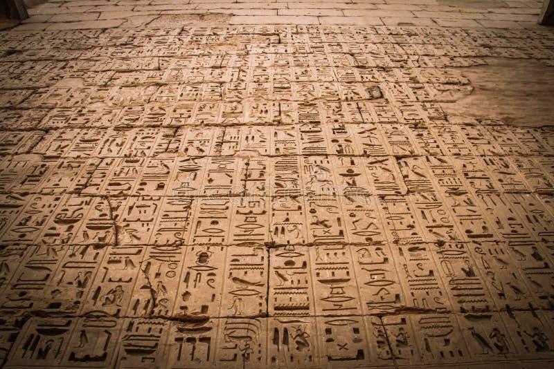 Egipscy antyczni hieroglify w świątyni Medina Habu fotografia royalty free