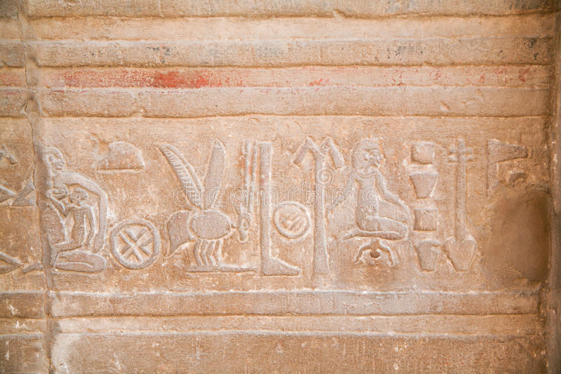 Egipscy hieroglify w Kom Ombo świątyni obraz stock