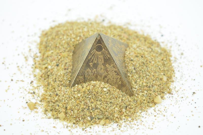 Egipscy ostrosłupy w żółtym piasku zdjęcia royalty free