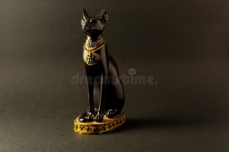 Egipska czarna bastet kota figurka na czarnym tle obraz royalty free