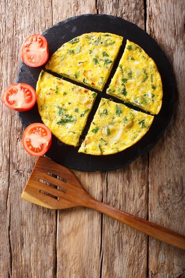 Egipska kuchnia: omlet Igga z zieleniami, cebulami i pomidorami, c fotografia stock