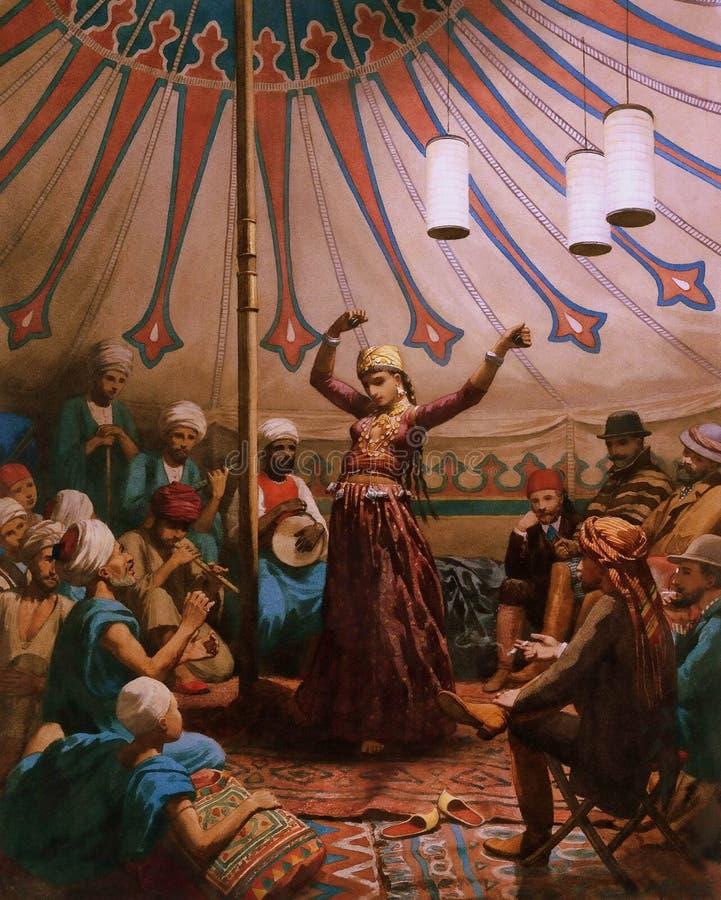 Egipska tancerka w namiocie z muzykami fotografia royalty free