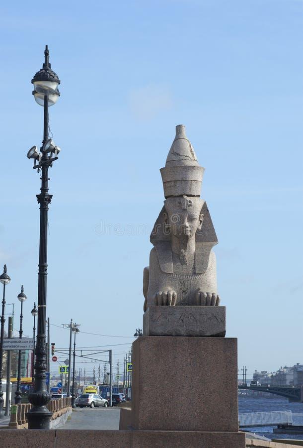 Egipski sfinks na tle Uniwersytecki bulwar zdjęcia royalty free