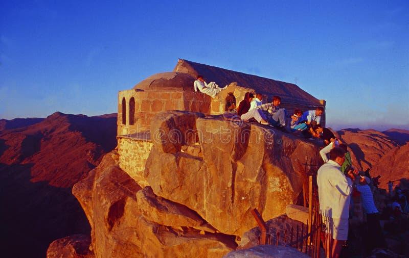 Egipt: Pielgrzymi i turyści przy wschód słońca na górze góry Mojżesz w Synaj obraz stock
