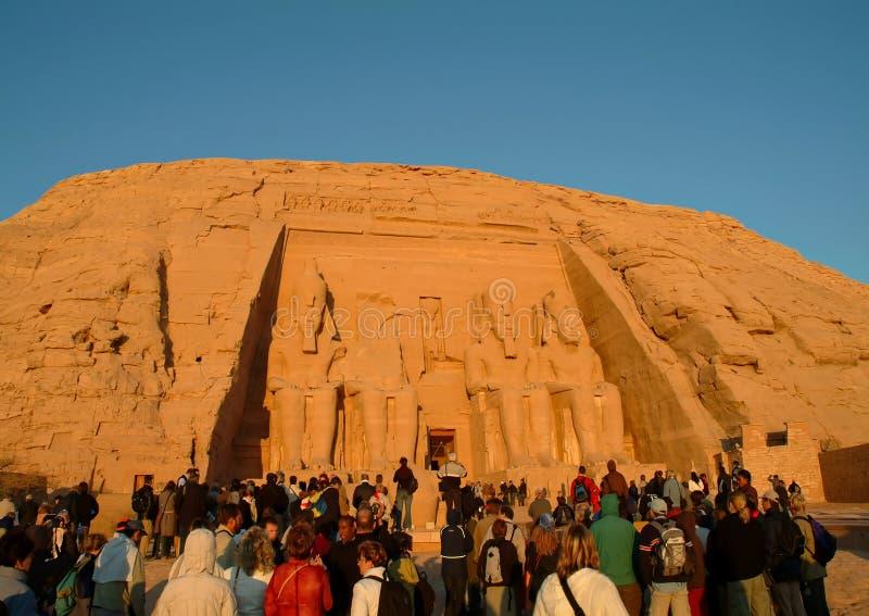 EGIPT, Styczeń 15, 2005: Cudzoziemscy turyści przy wejściem antyczna świątynia Abu Simbel i cztery Ramses II statuy, obraz royalty free