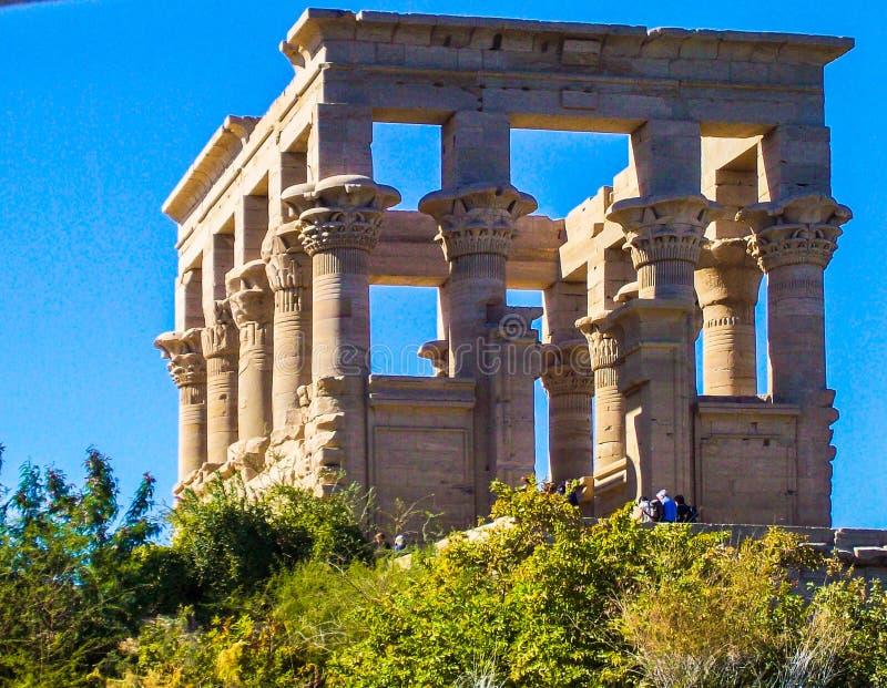 Egipto, el Nilo, templo egipcio, ruinas, en la ladera, columnas del cuadrado 12, cielo azul imagenes de archivo