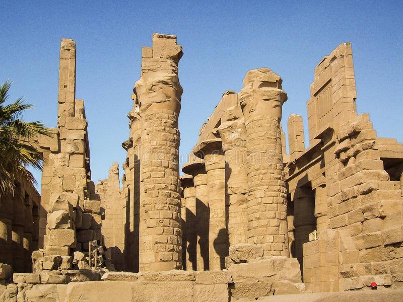 Egipto, el Nilo, templo egipcio, ruinas, luz del oro, por el río imágenes de archivo libres de regalías