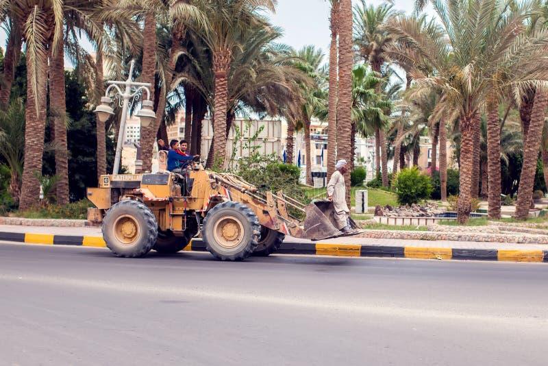 Egipto, Hughada, 17 puede 2019, dos conductores en la niveladora y un hombre en el cubo imagen de archivo libre de regalías