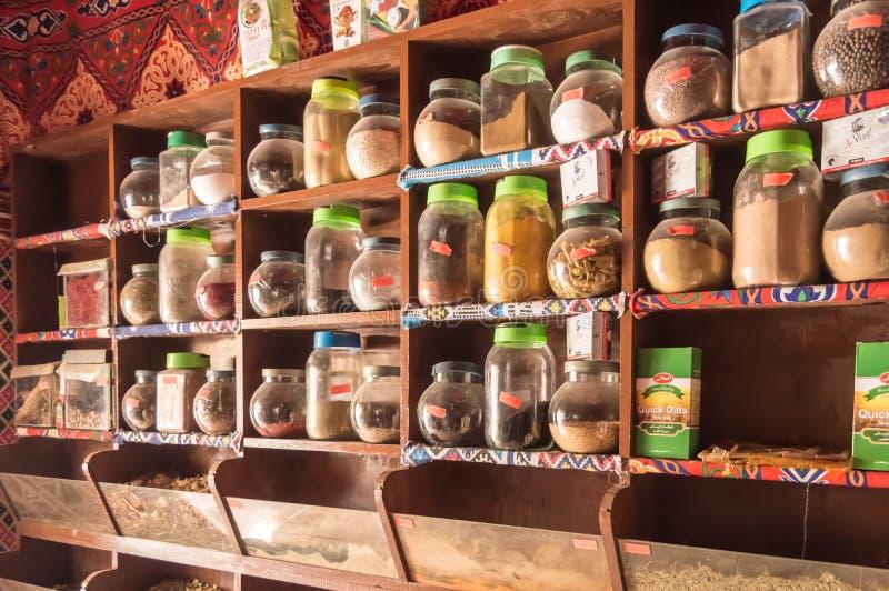 EGIPTO, HURGHADA - 01 Avril 2019: Estante de tarros con las diversas especias foto de archivo