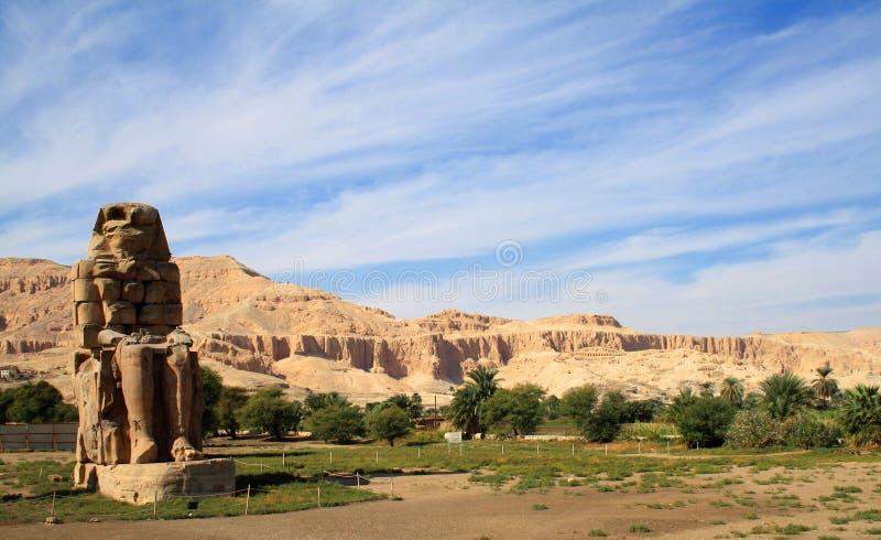 Egipto Luxor Los colosos de Memnon - estatuas de piedra masivas de P fotografía de archivo