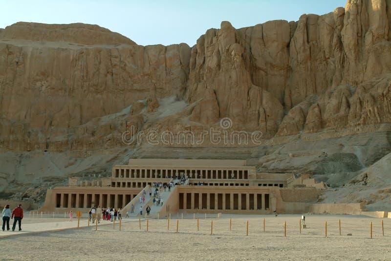 EGIPTO, o 15 de janeiro de 2005: O templo da morgue de Hatshepsut, igualmente conhecido como o Djeser-Djeseru, Thebes, local do p imagens de stock