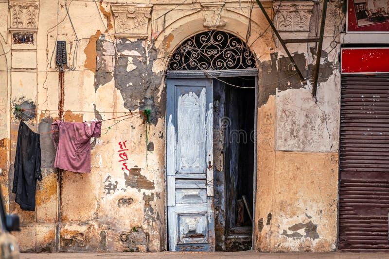 Egipto, puertas viejas en el distrito pobre de Alexandría en el día soleado imágenes de archivo libres de regalías