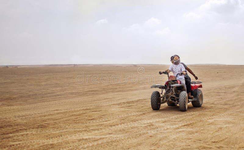 Egito, Hurghada, em janeiro de 2019 - safari do quadrilátero através do deserto de Egito Velocidade e movimento fotografia de stock royalty free