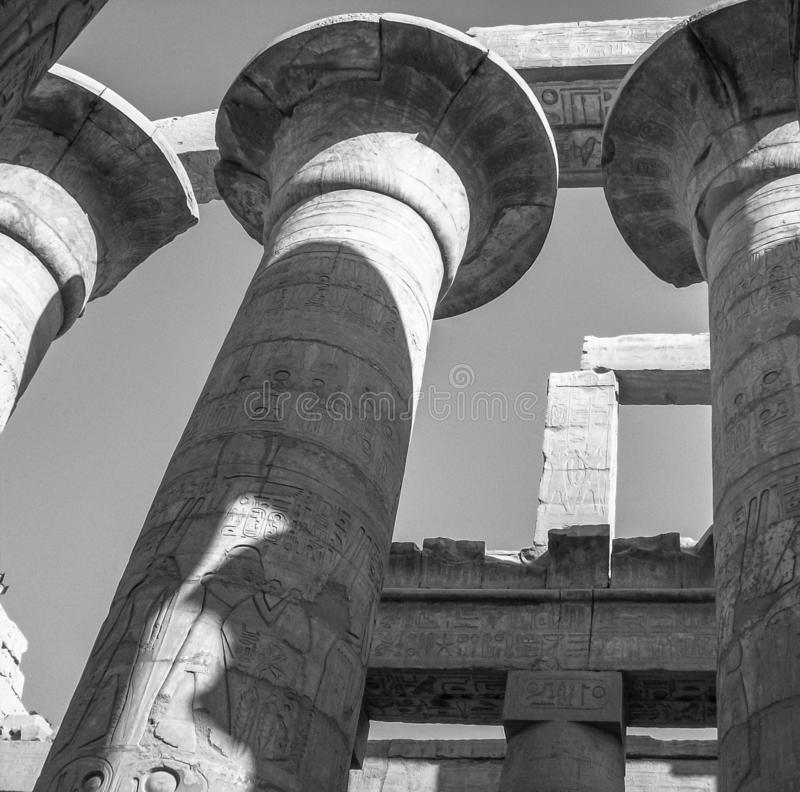 Egito, Nilo, perto de Luxor, colunas redondas do templo de Karnak, hieróglifos que olham acima fotos de stock