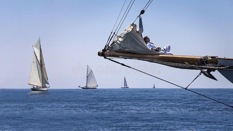 Żeglarza dosypianie na łodzi fotografia stock