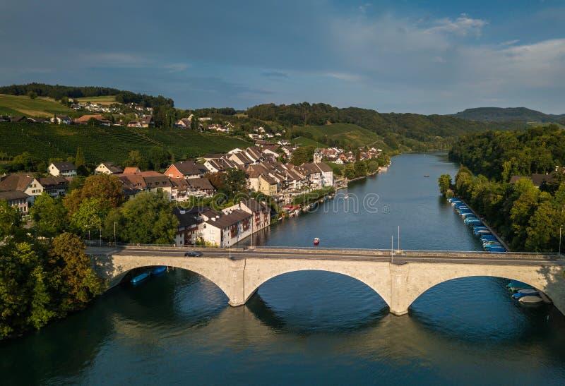 Eglisau - città storica svizzera sulle rive del Reno immagini stock