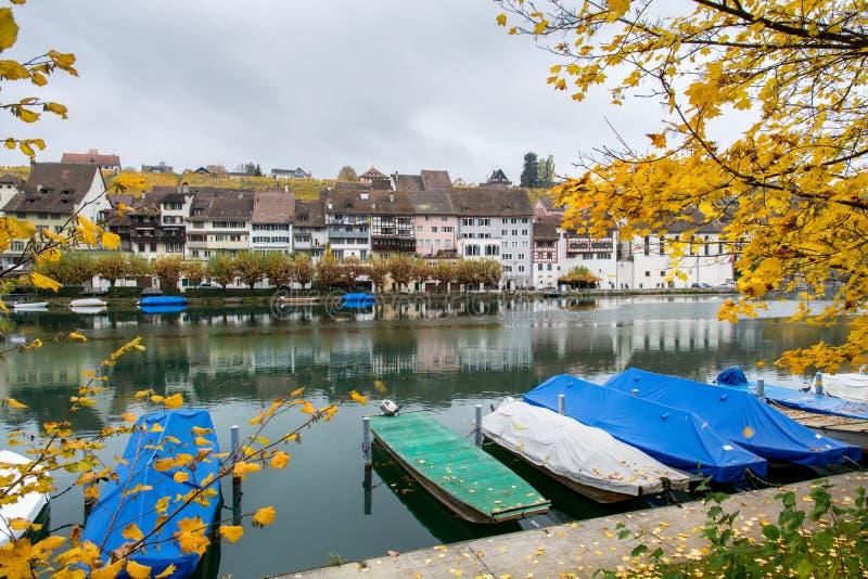 Eglisau på flodRhen i Schweiz royaltyfri fotografi
