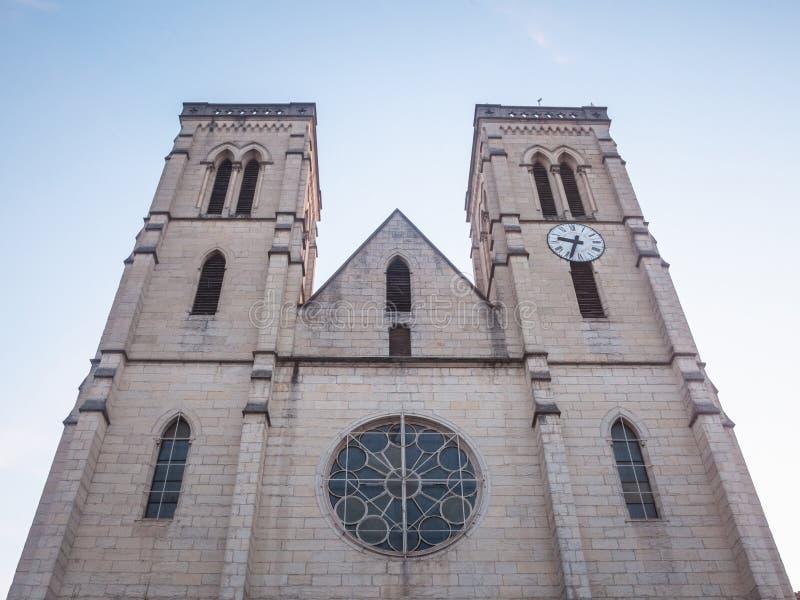 Eglise Jean Baptiste Świątobliwy kościół przy półmrokiem w Bourgoin Jallieu, Francja, miasto Dauphine region w Isere Departement, zdjęcie royalty free